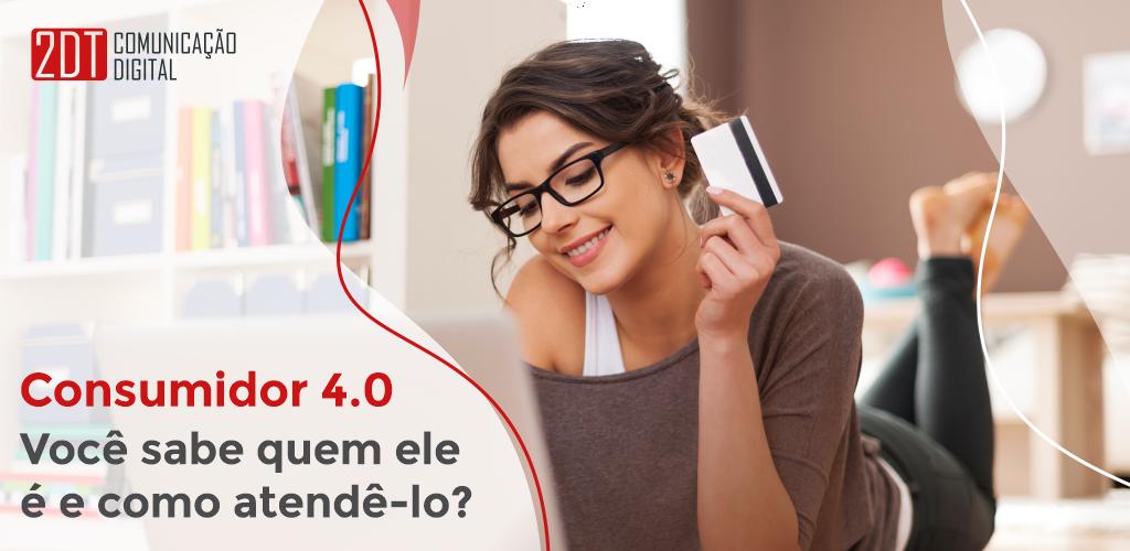 Mulher de cabelos escuros, blusa marrom e óculos segurando um cartão de crédito e sorridente. Ao lado a pergunta Consumidor 4.0: você sabe quem ele é e como atendê-lo?